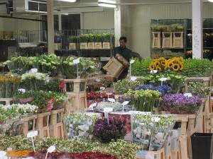 Blumenhalle mit Menschen